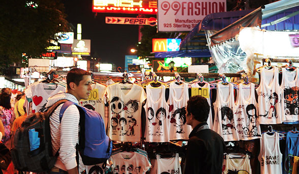 Khao San road shopping 1 The Travelettes Guide to Surviving Khao San Road