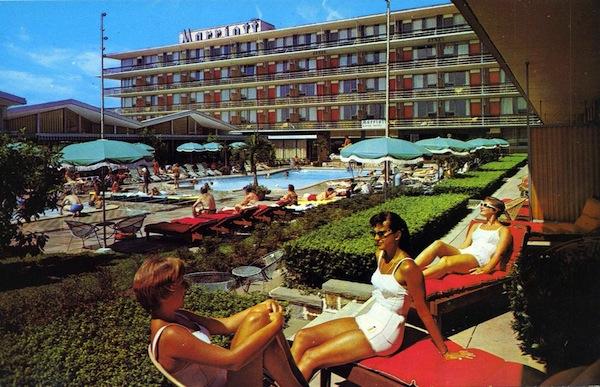 5126487430 b832376911 b Retro motel glamour