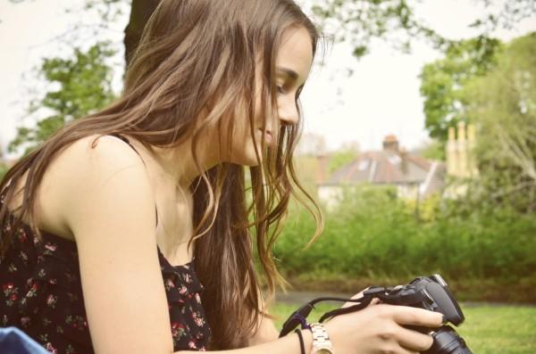 girl_camera_park