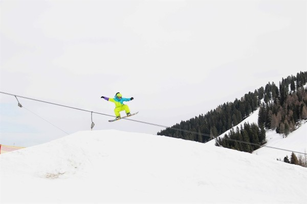 snowboarder jumping in mayrhofen_x960
