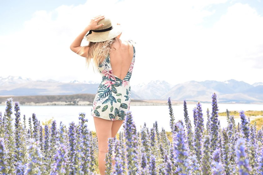 Traveling in style does not mean that you have to lug around tons of luggage and pack your whole wardrobe. Here are 4 super easy tips to travel in style!