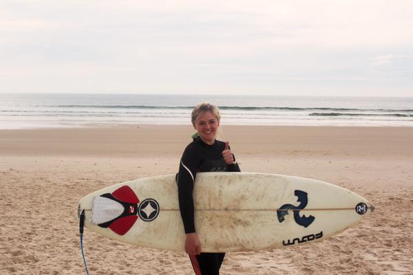 trav_Surfing girl baleal