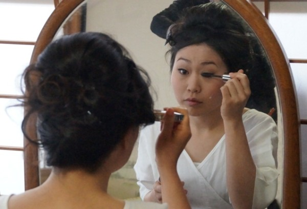 The Colours of Japan - Nina Bayne - The bride putting on her own makeup