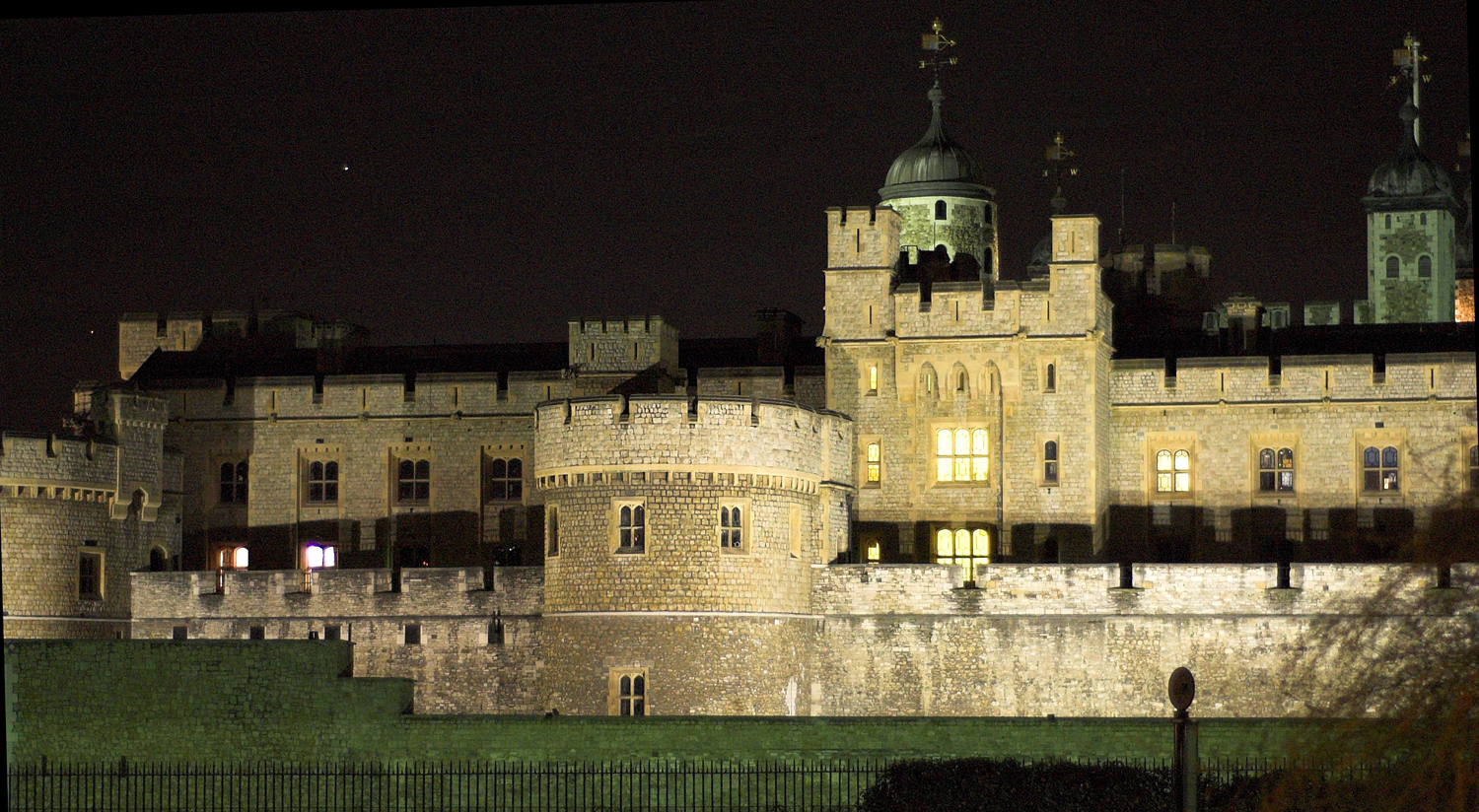 Tower_of_London_at_night2