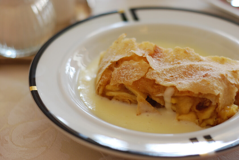 The best Foods you need to Eat in Austria: Apple Strudel | Travelettes.net