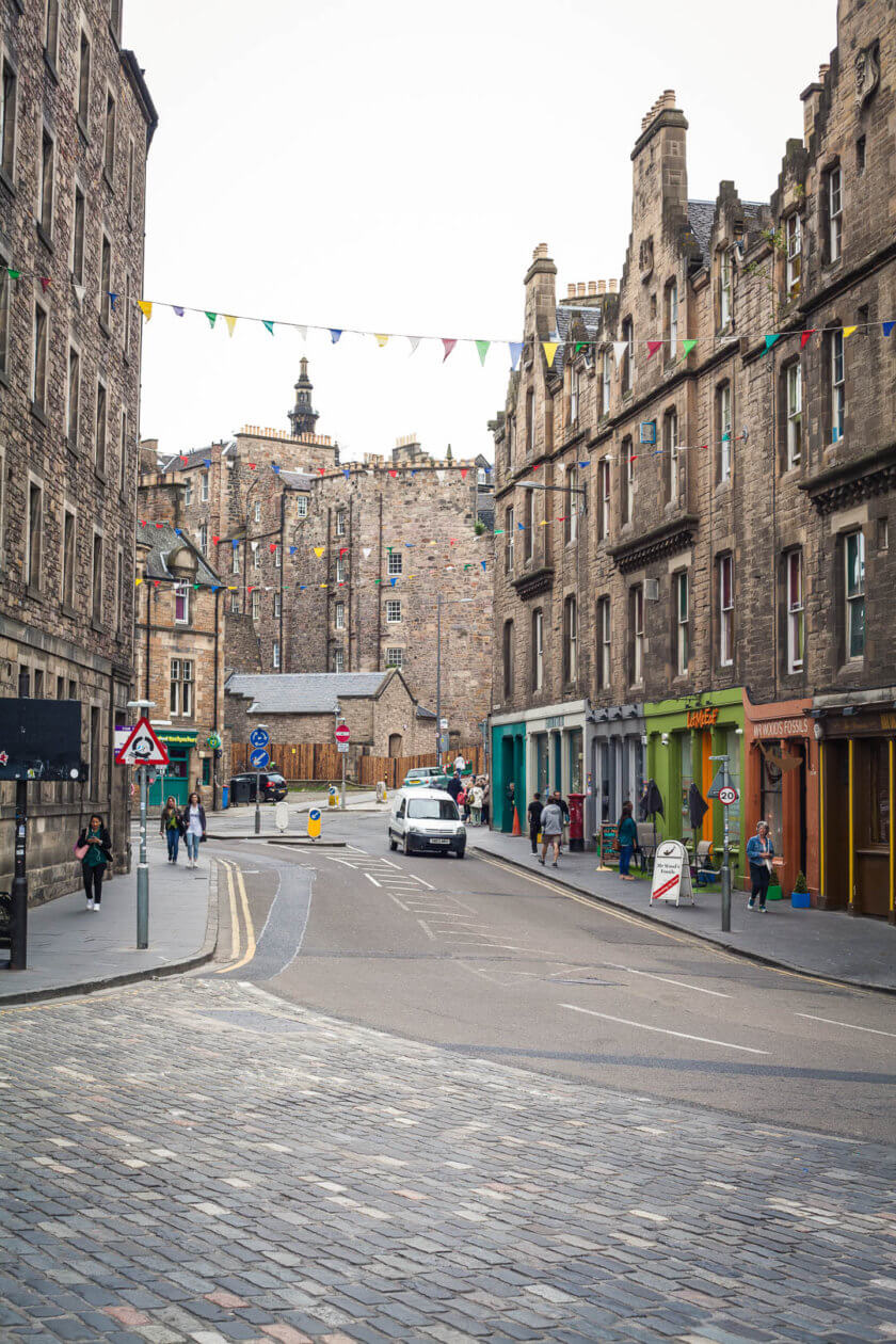 Our traveletty top tips for things to do in Edinburgh - including sights, restaurants, bars, vintage shops and cool hangouts!