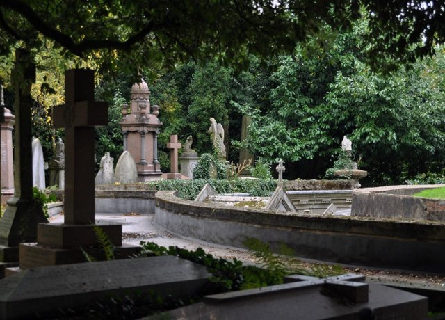 Dark tourism: The Graveyard Tour at Highgate Cemetery, London